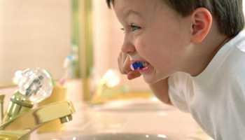 Как научить правильно чистить зубы ребенка
